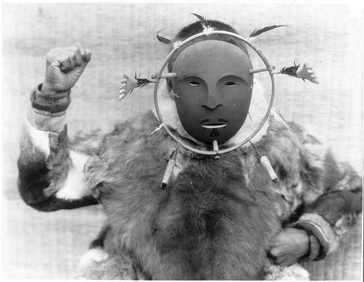 Mieszkaniec wyspy Nunivak w masce ceremonialnej, 1929 rok