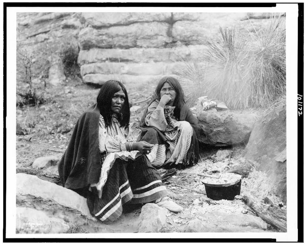 Indianki z plemienia Apaczów przygotowujące posiłek , 1903 rok