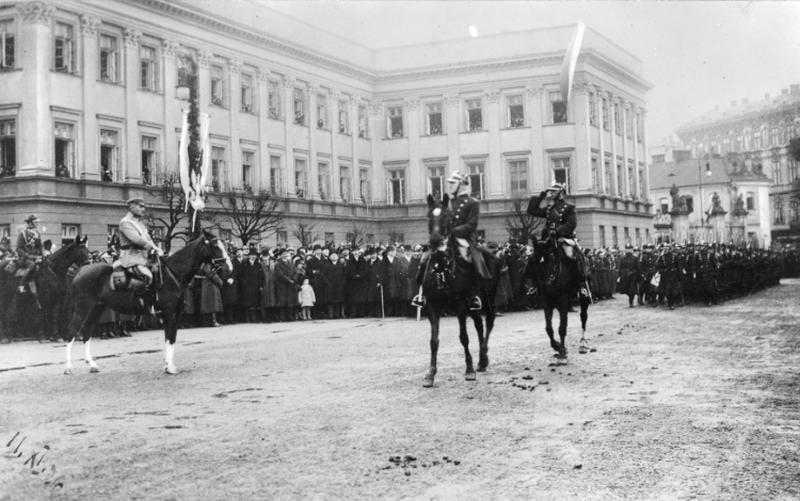 11 listopada 1926 r. Marszałek Józef Piłsudski przyjmuje defiladę wojska