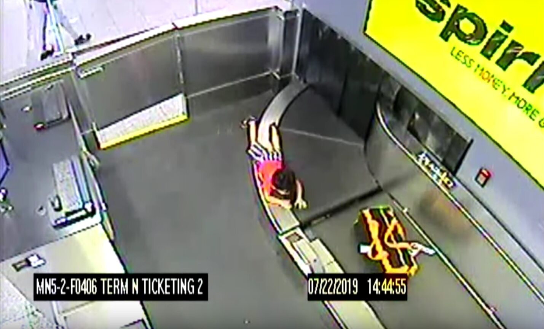 2-latek na taśmie bagażowej