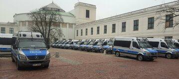 20 grudnia. Liczne wozy policyjne na sejmowym parkingu