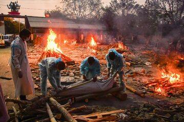 3.05.2021,  New Delhi, Masowa palenie zwłok osób zmarłych na Covid-19