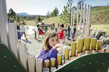 9-latka ze szkoły Montessori w parku muzycznym – poznaje dźwięki bo chce, a nie musi