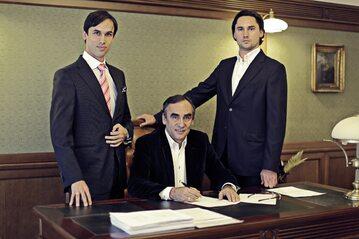 Adam Bachleda-Curuś z synami, Adamem juniorem po prawej i Andrzejem po lewej
