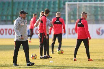 Adam Nawałka i piłkarze na treningu