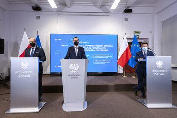 Adam Niedzielski, Mateusz Morawiecki i Michał Dworczyk w czasie konferencji prasowej