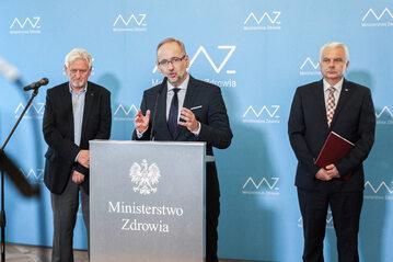 Adam Niedzielski (w centrum) w trakcie konferencji prasowej