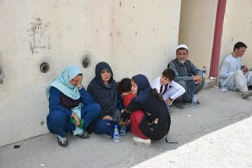 Afgańczycy czekający w pobliżu lotniska w Kabulu na ucieczkę z kraju