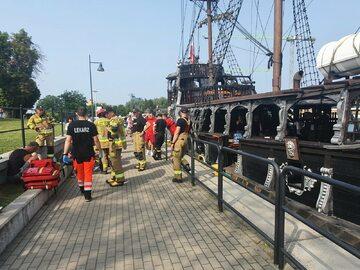 """Akcja ratunkowa po zderzeniu """"Czarnej Perły"""" z pogłębiarką na Motławie"""