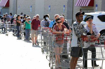 Amerykanie w kolejce do supermarketu w  Altamonte Springs na Florydzie