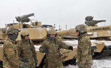 Amerykańscy żołnierze przy czołgach M1A2 Abrams
