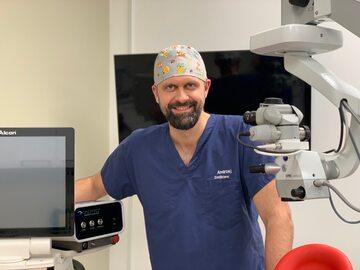 Andrzej Dmitriew - Okulista z wieloletnim doświadczeniem związanym z chirurgią zaćmy, laseroterapią oraz chirurgią refrakcyjną. Członek wielu prestiżowych międzynarodowych organizacji zrzeszających okulistów i optometrystów