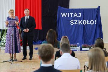Andrzej Duda i Agata Kornhauser-Duda podczas rozpoczęcia roku szkolnego 2021/2022 w szkole w Kruszewie.