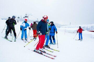 Andrzej Duda na nartach w Szczyrku  (czerwone spodnie)