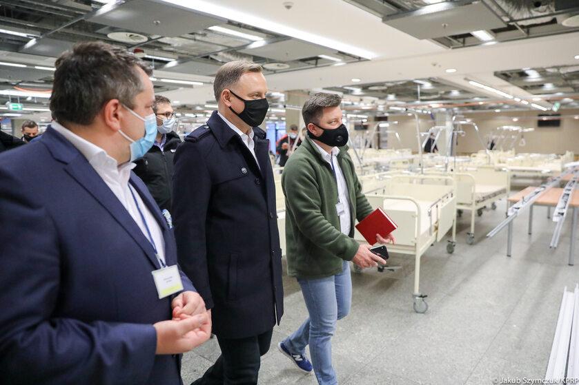 Andrzej Duda na Stadionie Narodowym przekształcanym w szpital polowy