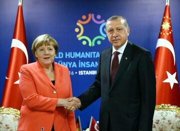 Angela Merkel i Recep Erdogan podczas Szczytu Humanitarnego w Turcji