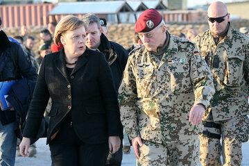 Angela Merkel z wojskowymi