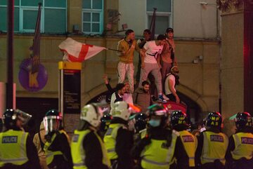 Angielscy kibice świętujący w Londynie