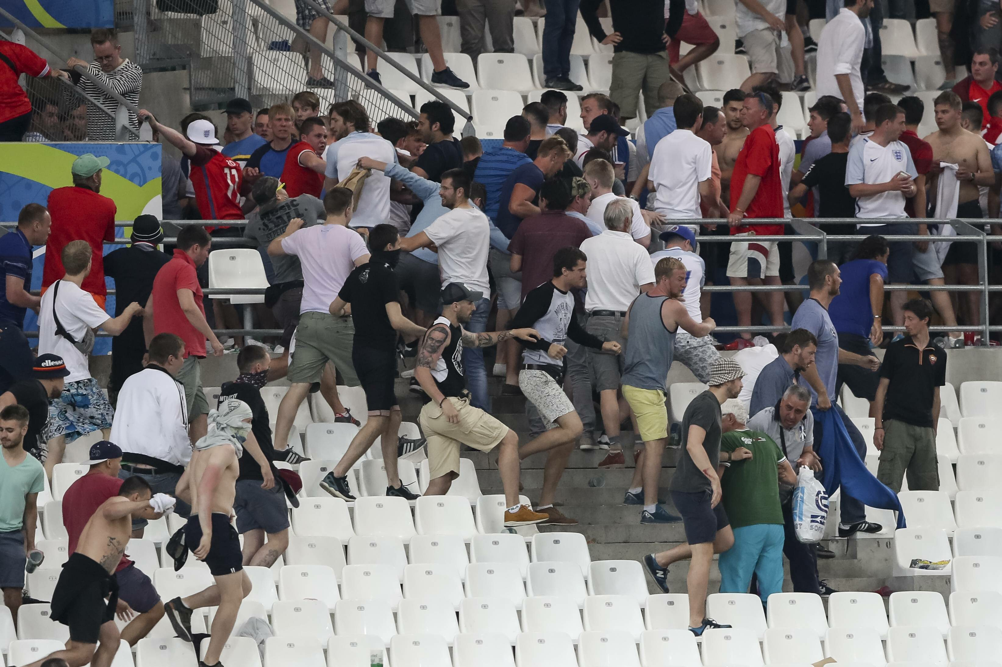 Angielscy kibice uciekają przed nacierającymi rosyjskimi chuliganami
