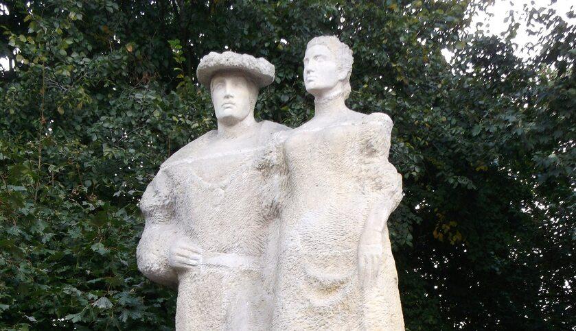 Anna Jagiellonka i Bogusław X Wielki przedstawieni na pomniku w Szczecinie