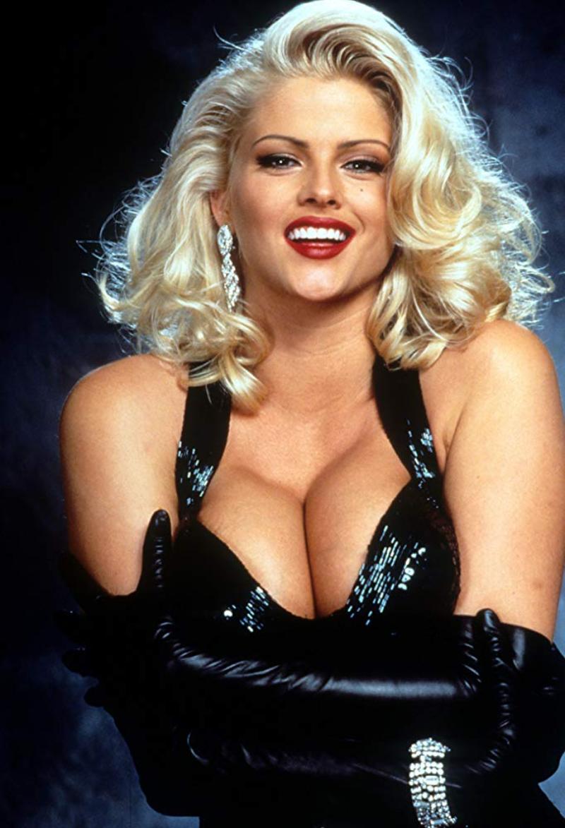 """Anna Nicole Smith w filmie """"Naga broń 33 1/3: Ostateczna zniewaga"""" (1994)"""