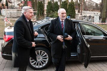 Antoni Macierewicz i jego kierowca Kazimierz Bartosik (z lewej)