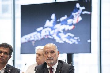 Antoni Macierewicz na posiedzeniu komisji obrony ws. podkomisji