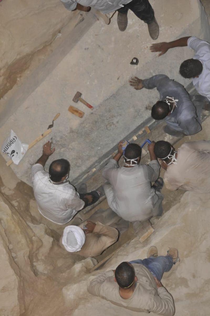 Archeolodzy pracujący nad otwarciem sarkofagu
