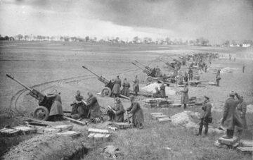 Artyleria radziecka ostrzeliwuje niemieckie pozycje 20 kwietnia