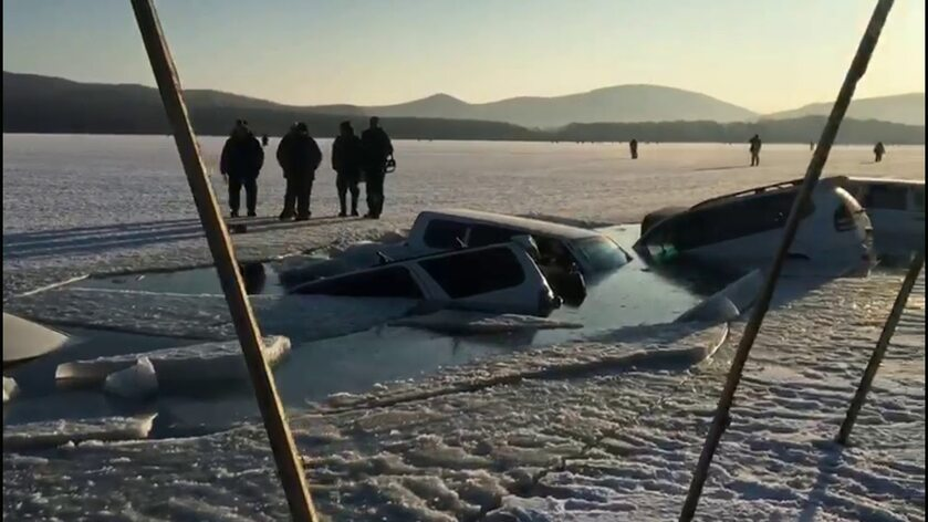Auta pod zawalonym lodem