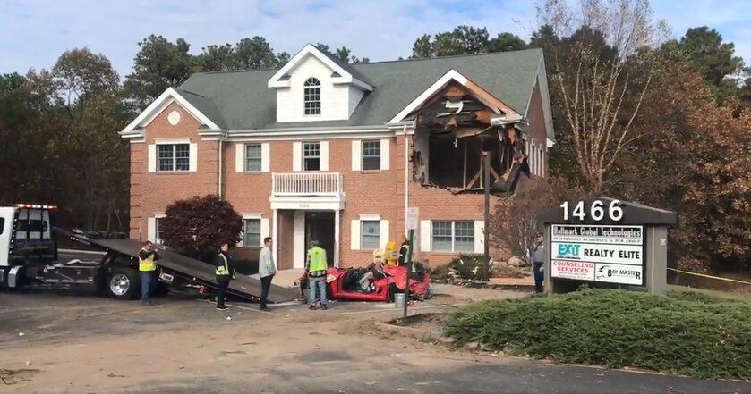 Auto wleciało w budynek w New Jersey