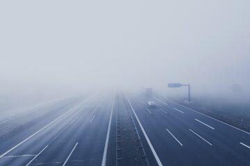 Autostrada w Holandii we mgle