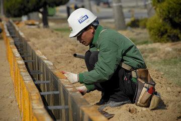 Azjatycki robotnik budowlany (zdj. ilustracyjne)