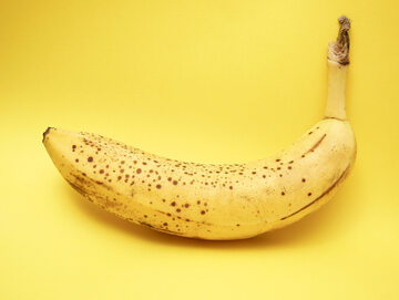Banan z brązowymi plamkami na skórce