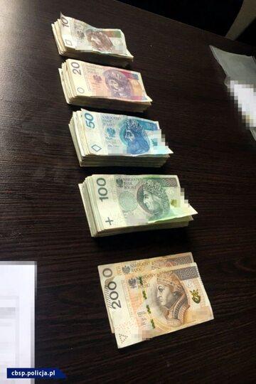 Banknoty znalezione w mieszkaniu jednego z zatrzymanych