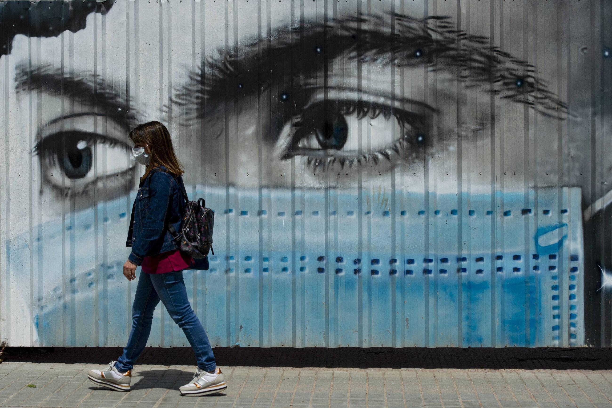 Barcelona. Kobieta w masce ochronnej
