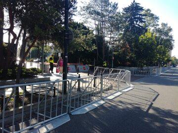 Barierki ustawione przed Sejmem
