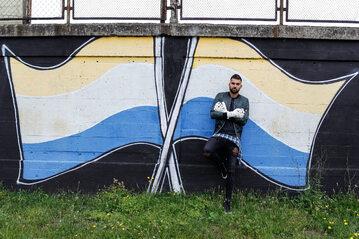 Bartosz Białkowski przed stadionem Olimpii Elbląg