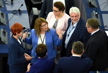 Beata Mazurek w otoczeniu polityków PiS