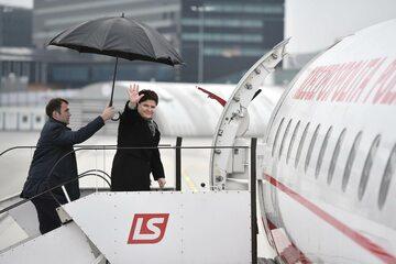 Beata Szydło wchodząca na pokład rządowego embraera