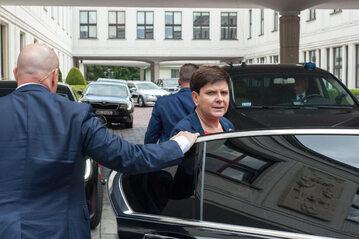 Beata Szydło wsiada do limuzyny SOP