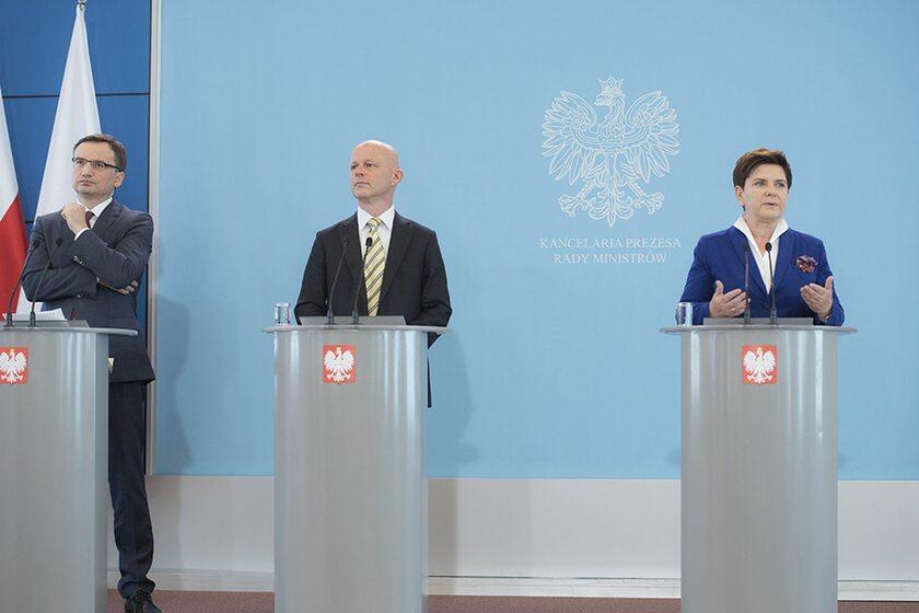 Beata Szydło, Zbigniew Ziobro i Paweł Szałamacha podczas wspólnej konferencji