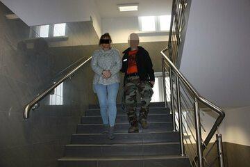 Beata W. prowadzona przez policjanta