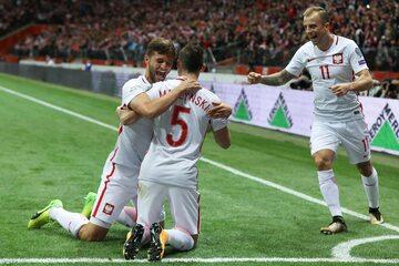 Bereszyński, Mączyński i Grosicki cieszą się po strzeleniu gola