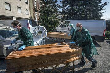 Bergamo. Transport ciał ofiar epidemii COVID-19