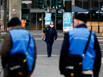 Berlin. Kobieta w maseczce ochronnej