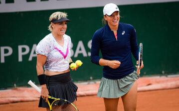 Bethanie Mattek-Sands i Iga Świątek podczas French Open 2021