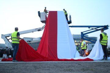 Biało-czerwona flaga na Pomniku Ofiar Katastrofy Smoleńskiej 2010 roku