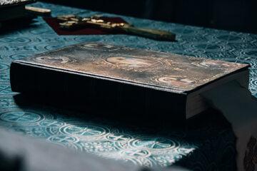 Biblia, krzyż, zdj. ilustracyjne