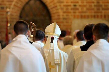 Biskup wśród duchownych, zdj. ilustracyjne